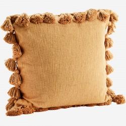 Coussin en coton marron clair avec pompons Madam Stoltz