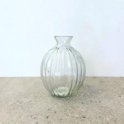 Petit vase rond en verre strié