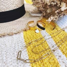 #SUMMERVIBES On a fait plein de nouveaux bijoux ✨De quoi accessoiriser toutes vos tenues cet été 💛 Tout ce qui est sur cette photo est à retrouver en boutique (sauf le chapal 👒) !  - Collier double chaîne 28€ - Joncs 23€ chacun  - Bouquet de fleurs séchées 35€ - Tapis en coton @casacubista 100x150 cm 120€ (dispo aussi en ligne) — #ete85 #conceptstore #paris #paris3 #marais #vertbois #boutiquedeco #lifestyle #shopping #boutiquecadeaux #giftshop #shoppingparis #boutiquecreateurs #holidays #vacances #instamood #summermood #jewelry #bijoux #decoaddict #tapis #handmade #fleurssechees #flowers